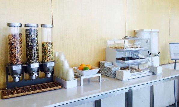 Review: Admirals Club Los Angeles Terminal 4 Wasser, Kekse, Nüsse 2