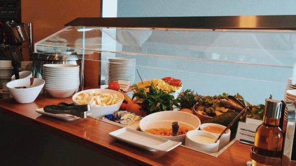 Lufthansa Senator Lounge Berlin Flughafen Tegel Salat Buffet