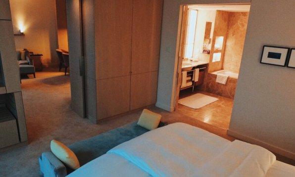 Review The Ritz-Carlton Wolfsburg Club Suite Badezimmer vom Schlafzimmer