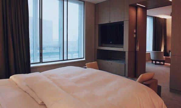 Review The Ritz-Carlton Wolfsburg Club Suite Schlafzimmer TV