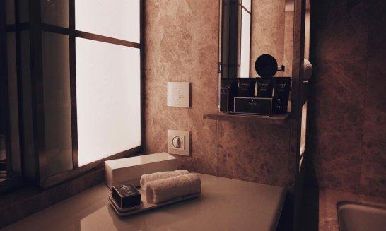 Review The Ritz-Carlton Wolfsburg Club Suite Badezimmer Seitenablage