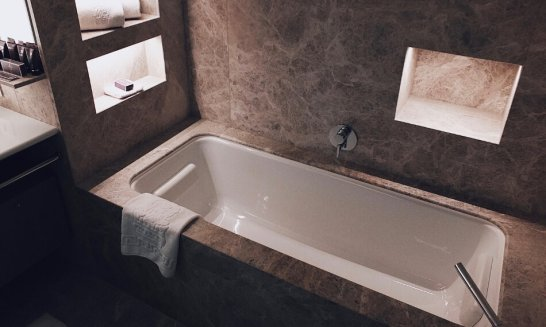 Review The Ritz-Carlton Wolfsburg Club Suite Badezimmer Badewanne