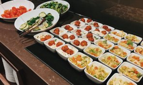 Lindner Hotel City Plaza Köln First Class Lounge abends Salate