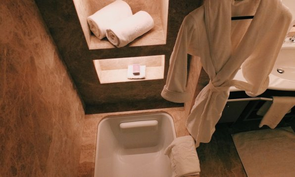 Review The Ritz-Carlton Wolfsburg Club Room Badezimmer