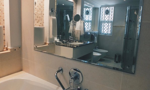 JA Hatta Fort Hotel Dubai Badezimmer Badewanne