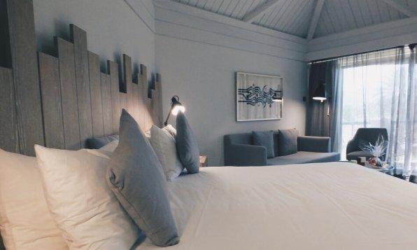 JA Hatta Fort Hotel Dubai Deluxe Mountain View Room Blick über das Bett