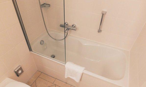 Hotel FourSide Braunschweig Executive Appartment Badezimmer Dusche / Badewanne