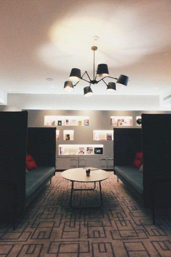 Hotel FourSide Braunschweig Sitzecke Bibliothek Restaurant