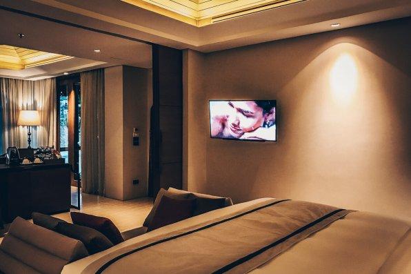 Review The Ritz-Carlton Koh Samui Pool Villa TV Schlafbereich