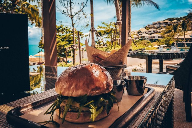 Review The Ritz-Carlton Koh Samui Burger am Pool