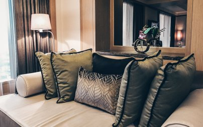 Review Banyan Tree Bangkok Serenity Club Suite Wohnbereich Sofa