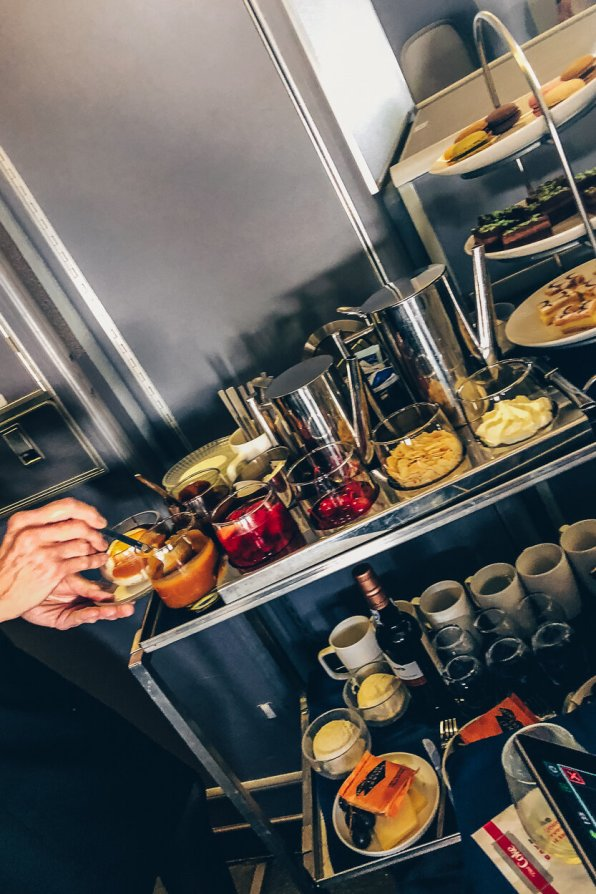Review United Polaris Business Class Boeing 767 Dessert Cart