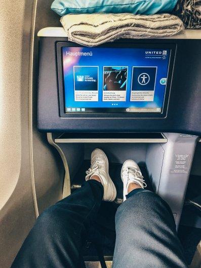 Review United Polaris Business Class Boeing 767 Berlin TXL - EWR Newark Leg-Room 1A Bulkhead