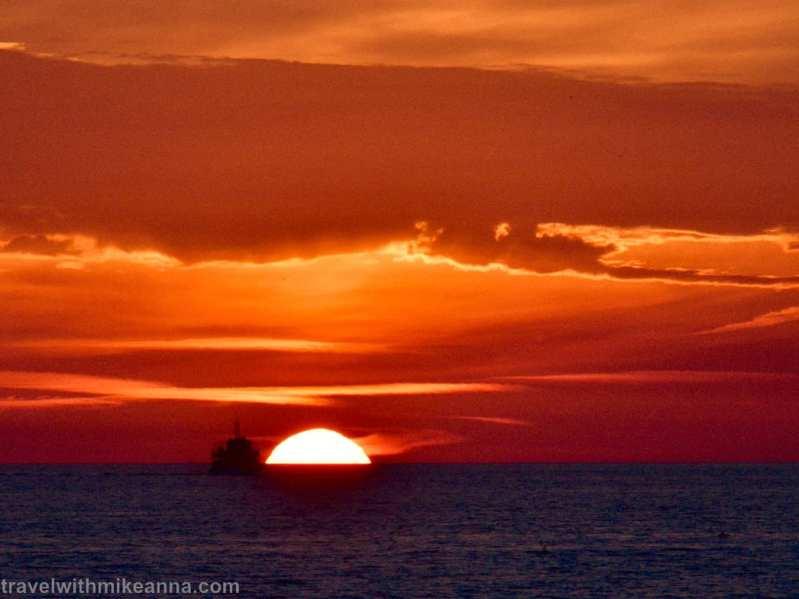 像是船隻要駛向火紅太陽