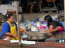 השוק הצף דמנואן סדואק ליד בנגקוק