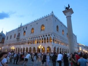 ארמון הדוג'ים ופסל האריה - סמלה של העיר- סמלה של העיר
