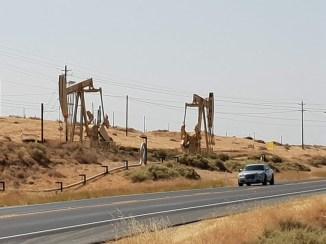קידוחי נפט בסמוך לבייקרספילד, קליפורניה