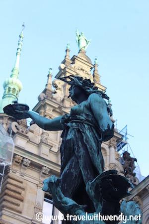 rathaus-statues-visit-hamburg