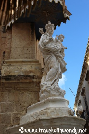 mdina-statue-church