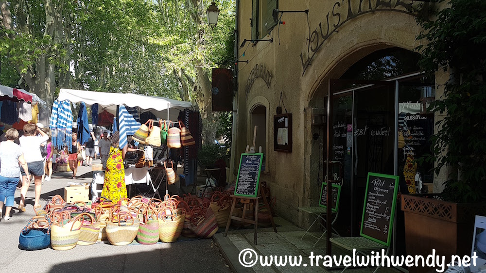 Lourmarin - market opens early