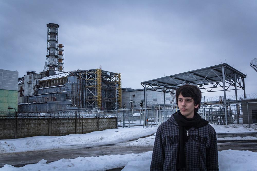 Devant le réacteur n°4 de Tchernobyl en 2012