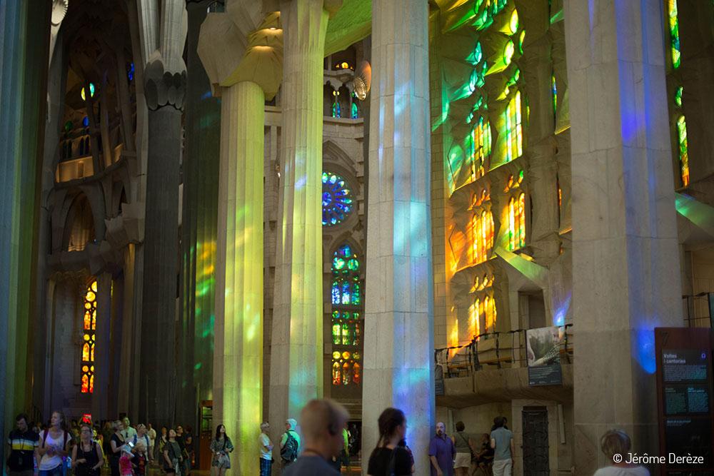Les rayons lumineux passent par les vitraux de la Sagrada Familia