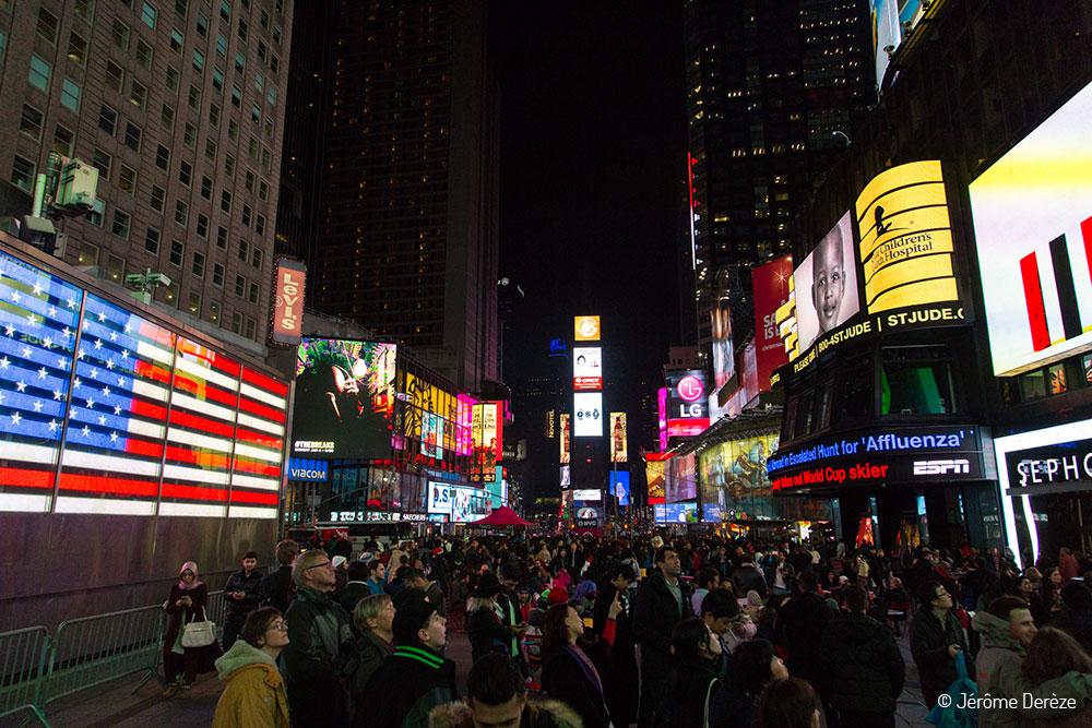 Marcher sur Times Square à Manhattan