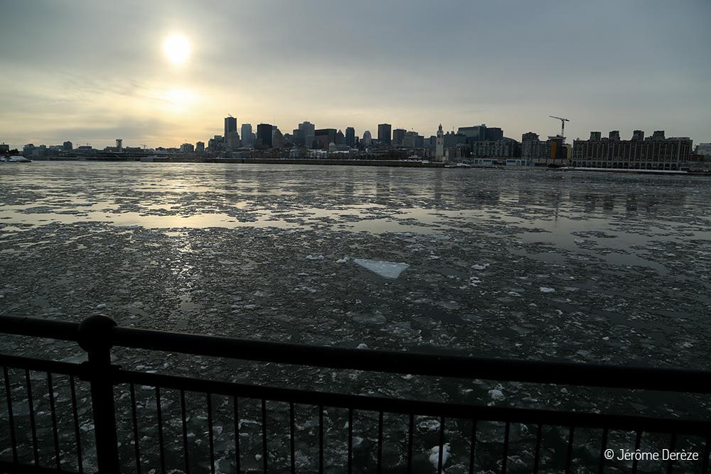Skyline Montréal et le Saint-laurent gelé