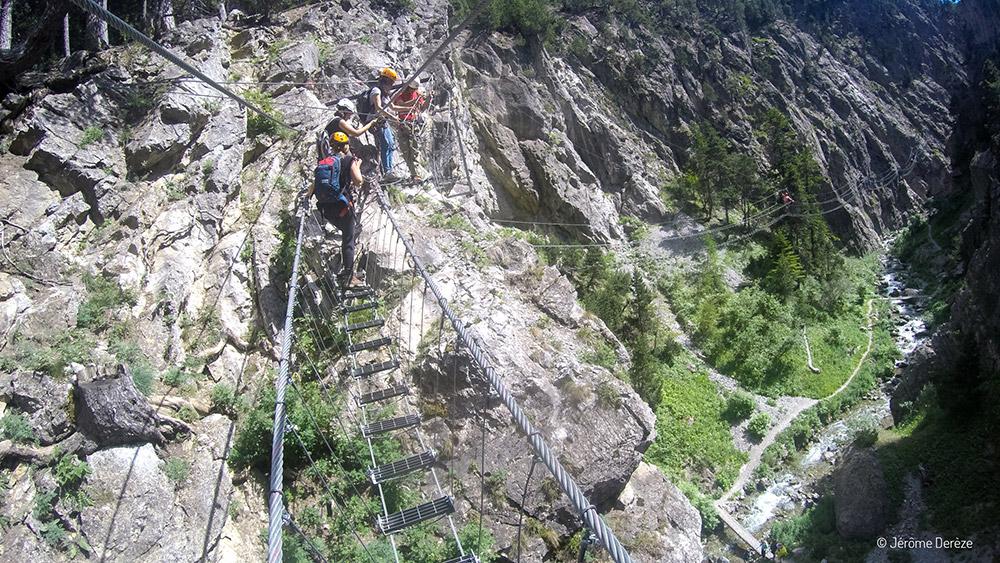 Faire du sport adrénaline dans les Alpes - Pont tibétain
