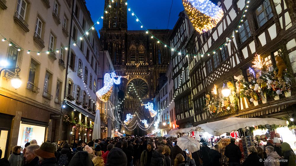 Rue et cathédrale au marché de noël de strasbourg
