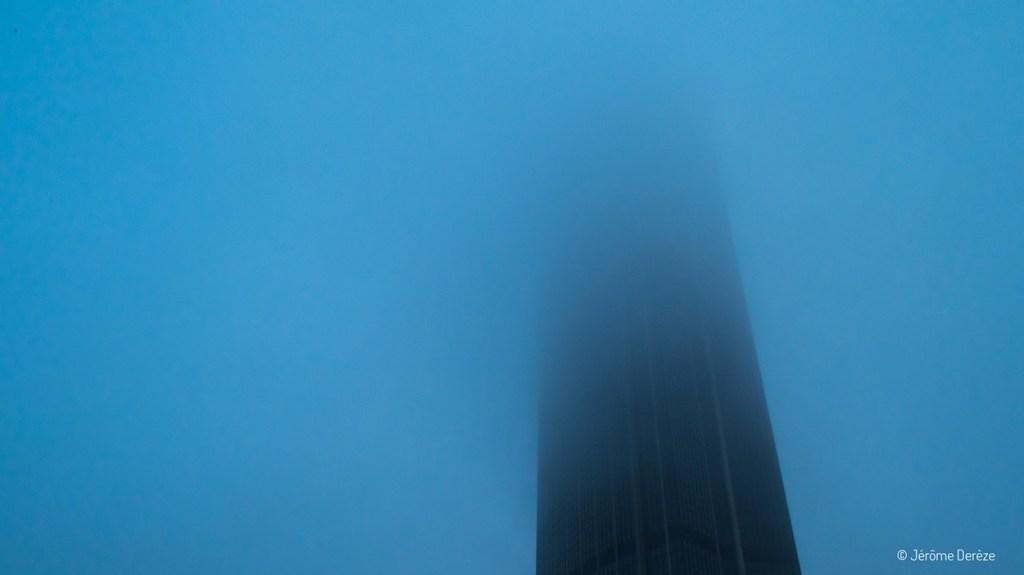 Tour Montparnasse dans la brume