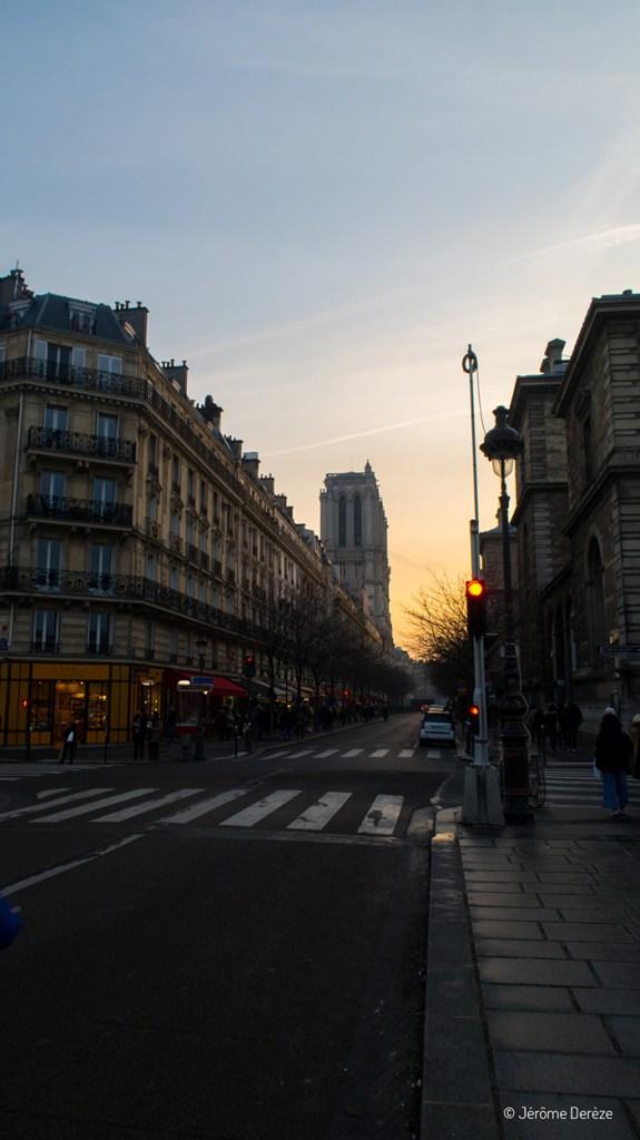 coucher de soleil dans les rues de paris