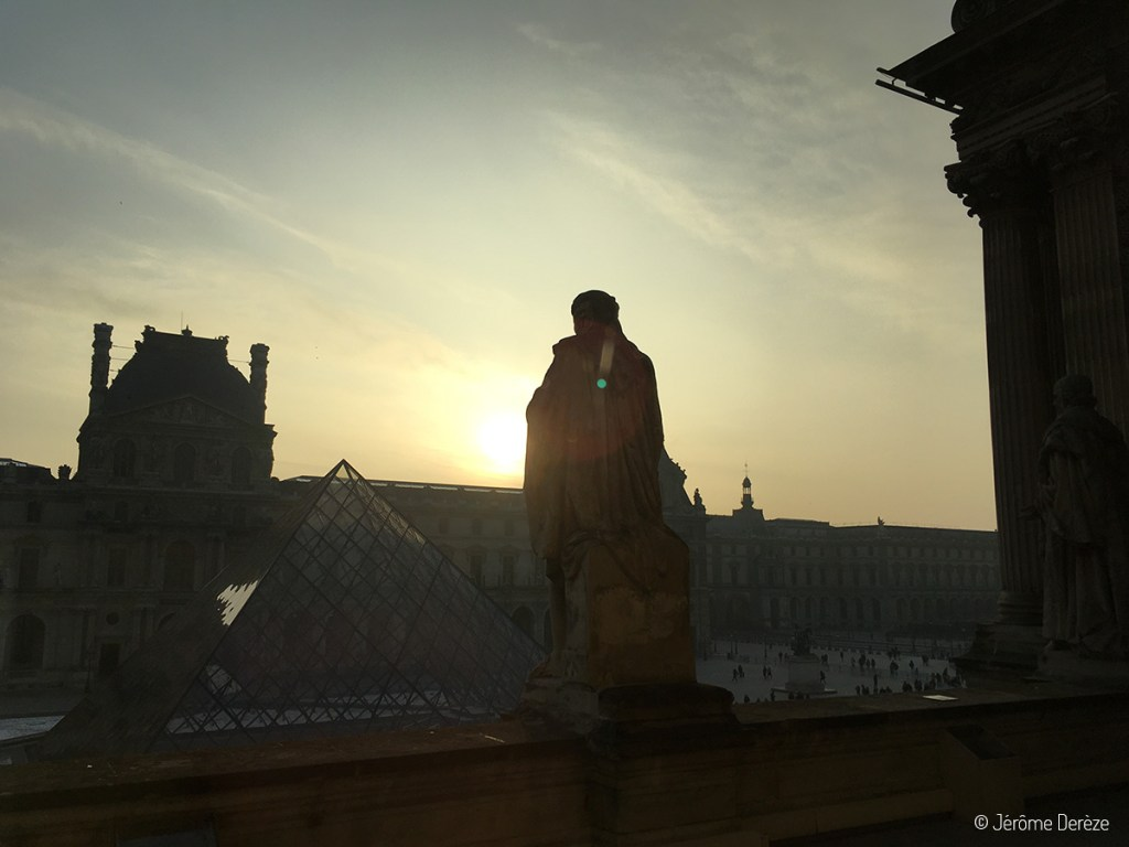 Vue sur l'extérieur du Louvre à paris