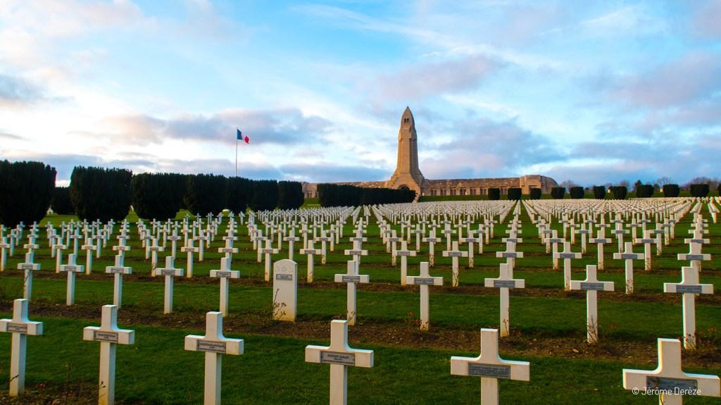 Cimetière à Verdun et l'ossuaire de Douaumont