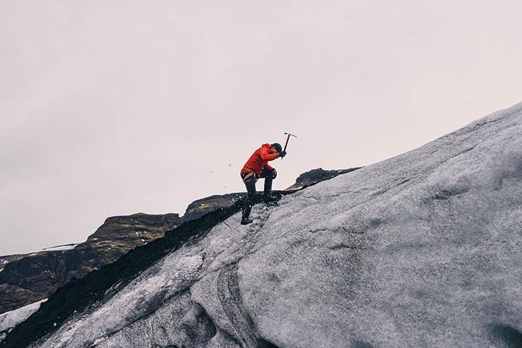piolet-equipo-senderismo-trekking-alpinismo-750x500