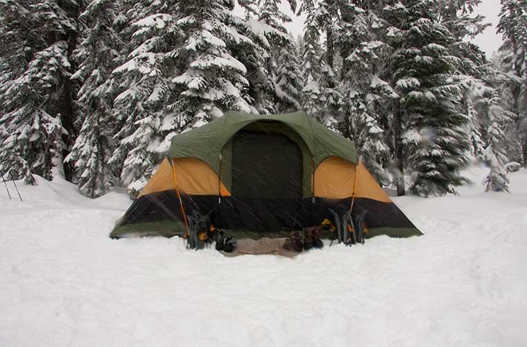 Utiliza una tienda de campaña específica para el invierno, con paredes y la estructura que resista el viento y posibles tormentas.