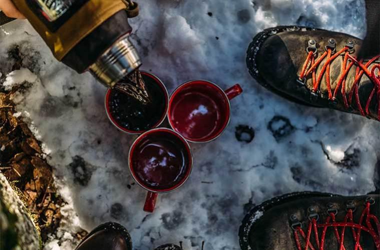 El falso mito del alcohol y el frío: el problema de suministrar alcohol a una personal con problemas de hipotermia. / Foto: Nathan Dumlao