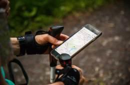 El móvil en la montaña: tu smartphone puede ser una gran herramienta cuando sales al outdoor / Foto: Antonio Grosz