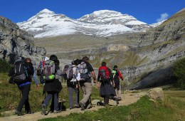 Senderistas en el Valle de Ordesa. Detrás el Monte Perdido y el Pico de Añisclo o Soum de Ramond / Foto: Travesía Pirenaica