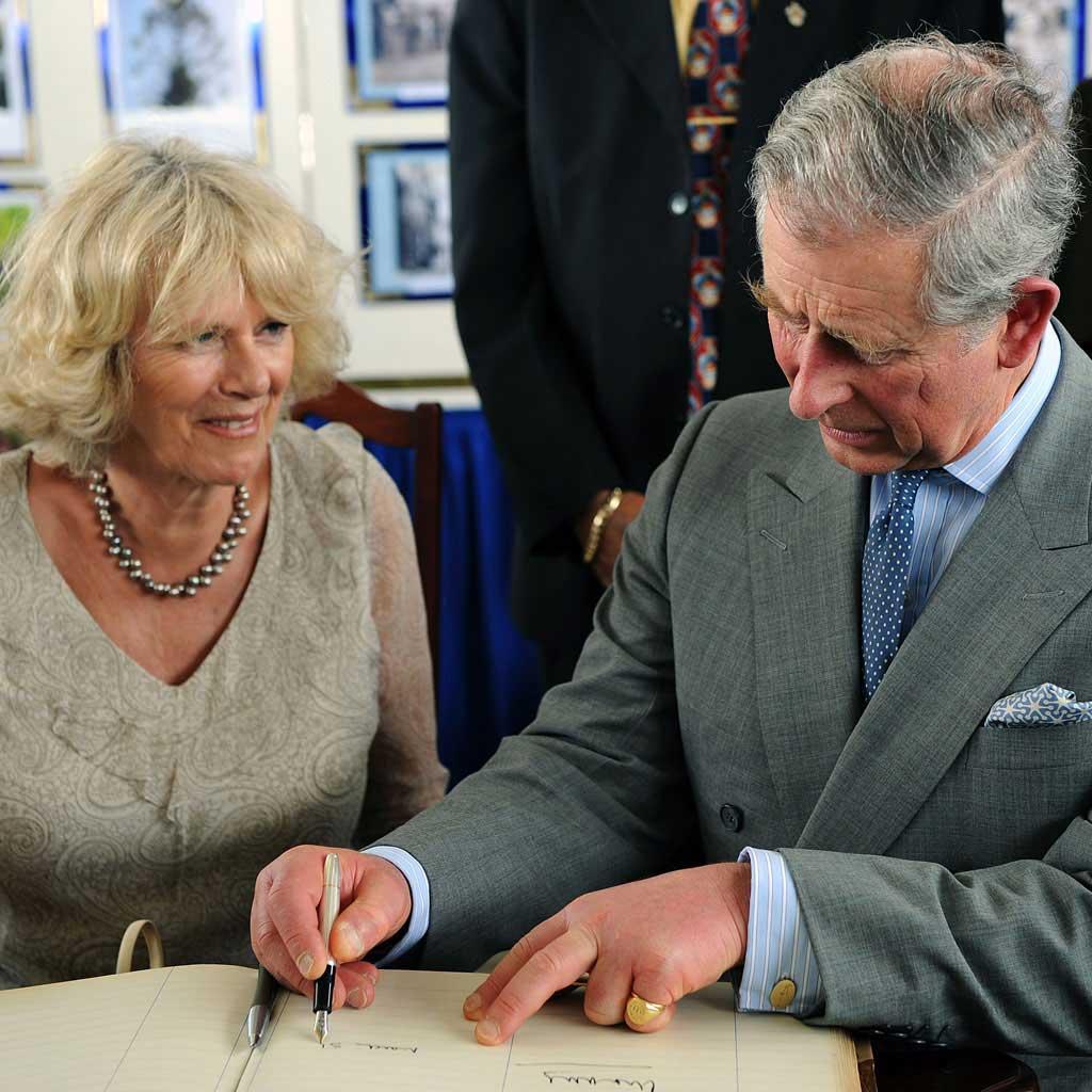 Keluarga kerajaan tidak bisa memberi tanda tangan - Jadi bangsawan itu ga sepenuhnya enak, seperti keluarga kerajaan Inggris yang harus ngikutin 9 aturan menyebalkan ini