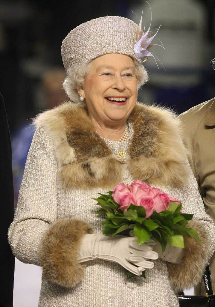 Tidak dianjurkan untuk memakai bulu 719x1024 - Jadi bangsawan itu ga sepenuhnya enak, seperti keluarga kerajaan Inggris yang harus ngikutin 9 aturan menyebalkan ini