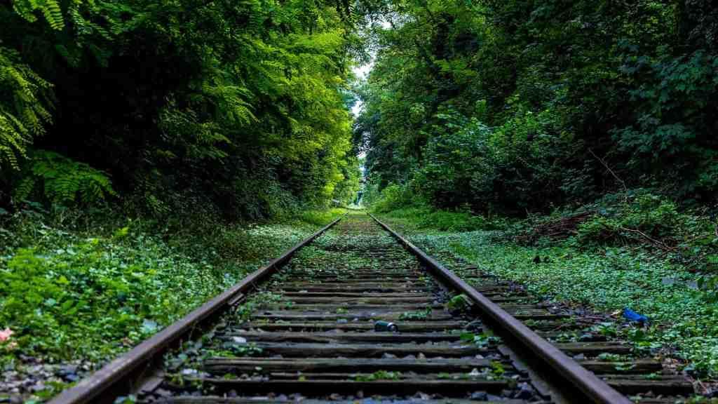 Railway 3 1024x576 - Tahukah Kamu ? Batu Kerikil Di Rel Kereta Api Bukan Cuma Hiasan Lho