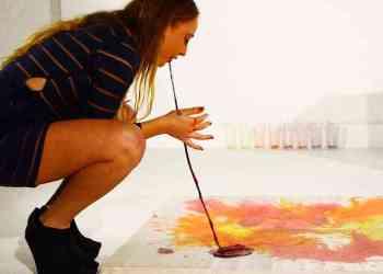 melukis dengan muntah millie brown - Antara Jijik dan Kagum, Wanita ini Melukis dengan Muntahan