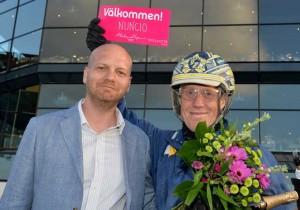 Markus Myron overrakte invitationen til Elitloppet  til Stefan Melander efter Nuncios sejr. Foto Kanal 75