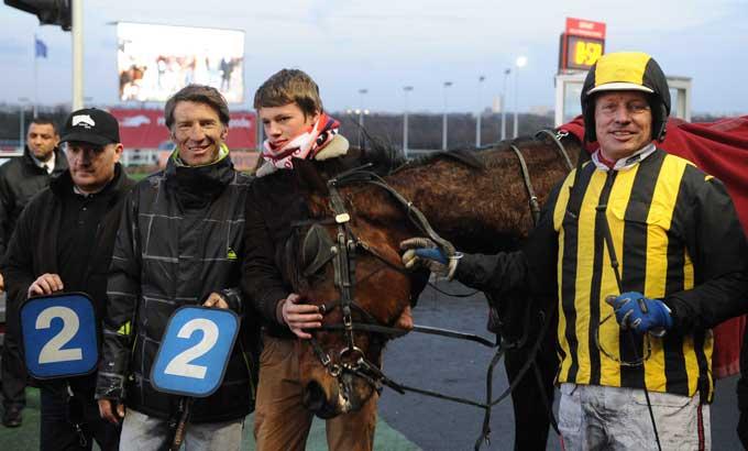 Buck Boko  og Stefan Lind-Holm med repræsentanter for hesten efter sejren. Foto Gerard Forni
