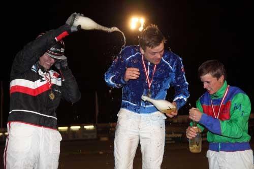 På skamlen! Kenneth Andersen i gang med hælde champagne ned over Marc Bæk ielsen, mens Michael Frandsen fortdat har sit hyr med at få bnet flasken. Foto Flemming Andersen