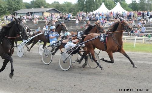 Victoria Sisa med Rene KJær vandt bl.a. Jydsk 3-årings Hoppe Grand Prix i fjor. Foto Ole Hindby