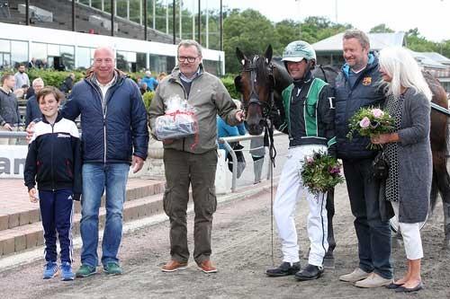 WInston Sisa flankeret af træner jan Dahlgaard og repræsentanter for Stald Trot On. Foto Martin Timm, Lunden