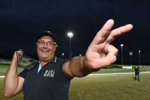 træner Lars I. Nilsson ar aftenens store triumfator sammen med Johnny Takter med to vindere i derby-kval. løbene. Kanal 75