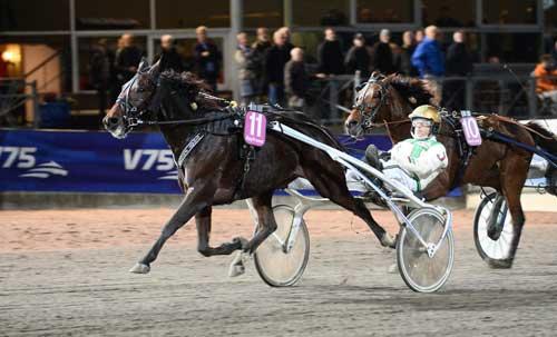 Gigant Slugger med Jeppe Juel måtte ud i fjerde spor i opløbssvinget, men vandt alligevel sikkert. Foto Kaal 75